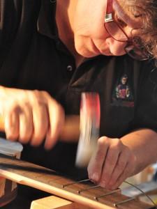 kursteilnehmer am Bünde schlagen grösse 1 luci federer E-Gitarren Baukurs