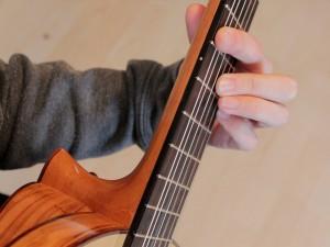 Frauengitarre wird gespielt