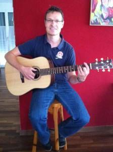 Philipp Heini Gitarre rote Wand Gitarren Baukurs