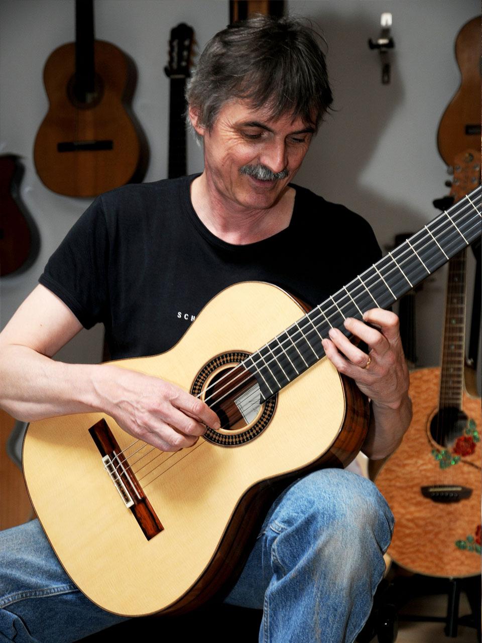 Werni Mit schär gitarren am spielen grösse1